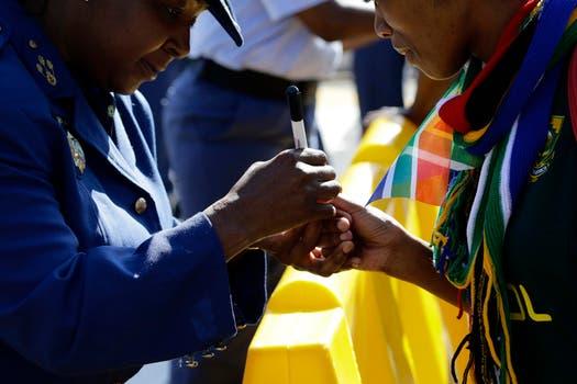 Miles de ciudadanos hacen cola para ingresar a la Sede de Gobierno de Sudáfrica para despedir a Nelson Mandela. Foto: Reuters