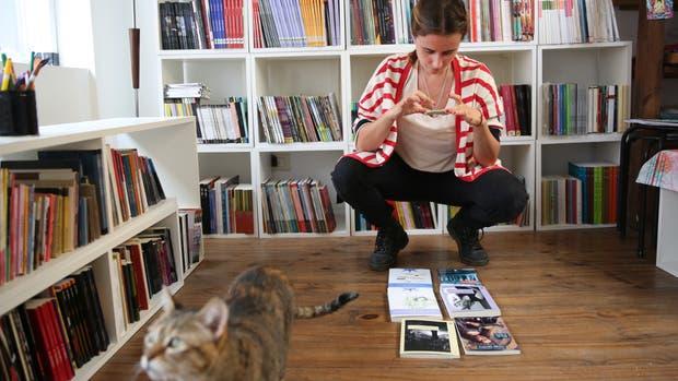 Hogar dulce hogar. Natalia Romero empezó repartiendo libros en bicicleta, y ahora usa mensajería y su propia casa; A Cien Metros de la Orilla se dedica a los libros de tiradas muy chicas.