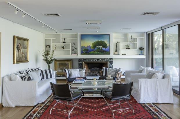 Una gran alfombra delimita el área del living en este ambiente de dimensiones generosas.  /Archivo LIVING
