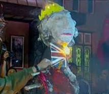 Manifestantes de Quebracho queman un muñeco que representa a la reina británica