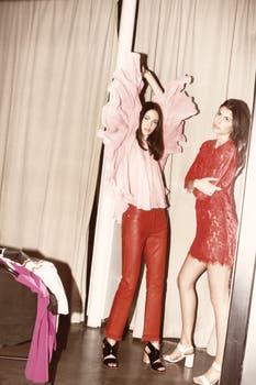Blusa de gasa y pantalón de cuero (Ginebra), sandalias de charol (Paruolo). Vestido de encaje (Clara Ibarguren), sandalias. Foto: Osky Sorairez