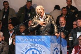 Rodeado de aliados, Hugo Moyano desafió ayer al Gobierno desde Ferro, donde se autoproclamó jefe de un sector de la CGT