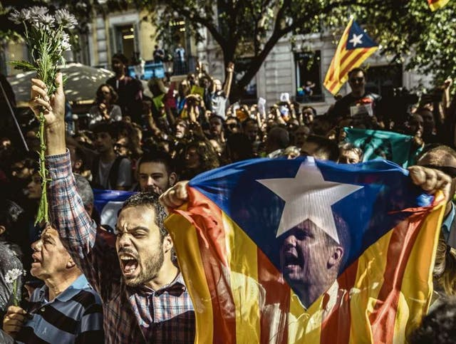 Centenares de catalanes protestaron frente al Ministerio de Economía catalán, epicentro de la acción policial