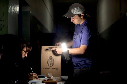 Un joven vota en una escuela de Buenos Aires. Foto: AP