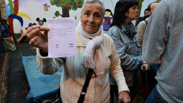 Una mujer con la boleta, a punto de votar en la escuela Francesc Macià de Barcelona. Foto: Adrián Quiroga