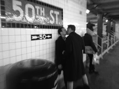 Una pareja homosexual se besa en una estación. Foto: Ignacio Lehmann / Fb: 100 World Kisses