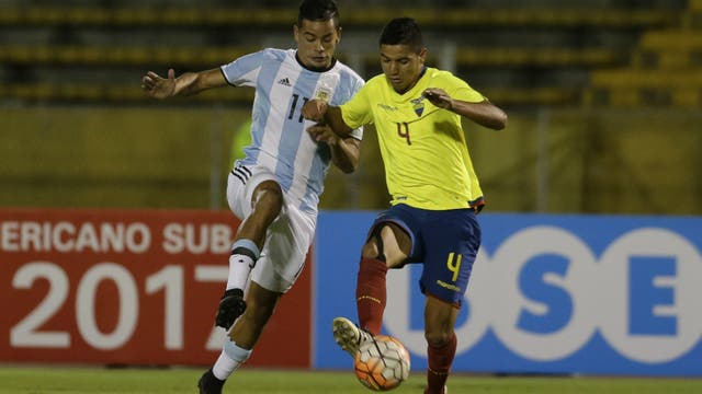 Brian Mansilla y Kevin Minda, durante el partido entre Argentina y Ecuador