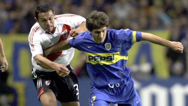 Guillermo Barros Schelotto compite por el balón con Ricardo Rojas el10 de junio de 2004 durante un partido semifinal de la Copa Libertadores en el estadio La Bombonera. Foto: Archivo