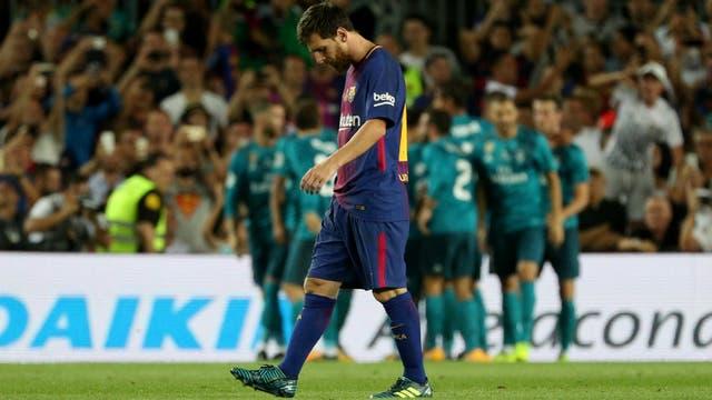 La frustración de Messi; detrás, el festejo de Real Madrid