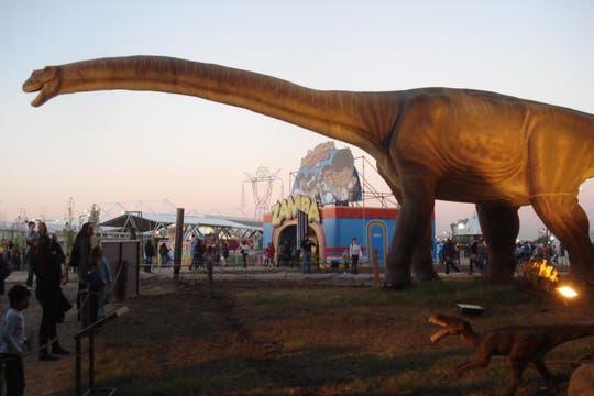 Un Diplodocus de 35 metros deslumbra en la entrada de Paleontología. Foto: LA NACION / Víctor Ingrassia