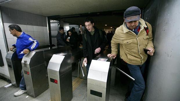 Metrodelegados levantaron molinetes en horas pico y amenazan con paro — Subtes