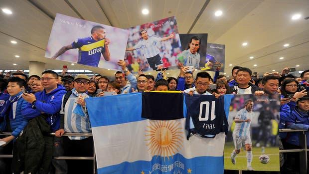 Los fanáticos chinos recibieron con pasión a Tevez, pero los partidos del fútbol argentino no se pueden ver