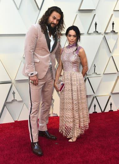 Una pareja en rosa. Jason Momoa y Lisa Bonet eligieron el mismo color para la alfombra roja de los Oscar