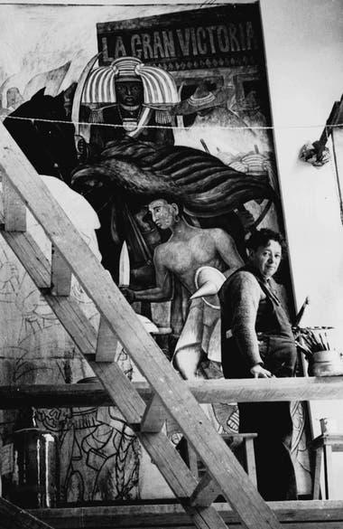 Diego Rivera en pleno trabajo