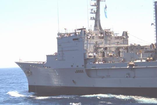 El ARA Patagonia se acerca a la Fragata Libertad en alta mar. Foto: Eduardo Olmos