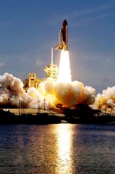 El transbordador espacial Atlantis despega en una misión a la Estación Espacial Internacional desde el Centro Espacial Kennedy en Cabo Cañaveral. Foto: AP
