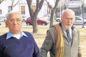 Puccio, a la derecha, con uno de sus primeros clientes, que quiere jubilarse