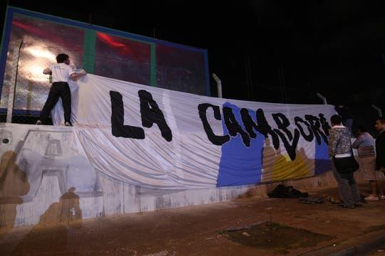 Militantes de la agrupación kirchnerista La Cámpora, anoche, mientras esperan novedades sobre el diputado nacional. Foto: LA NACION / Maxie Amena