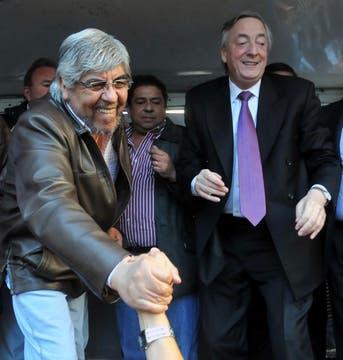 Néstor Kirchner junto a Hugo Moyano, el día que asumió como Presidente del PJ Bonaerense, 24 de agostode 2010. Foto: DyN