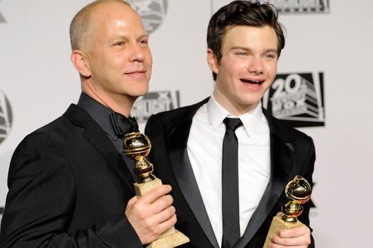 ¡Pura alegría! El creador y productor de Glee, Ryan Murphy,-con su globo de Oro- junto al actor Chris Colfer, quien ganó como mejor actor de reparto en comedia.. Foto: AP
