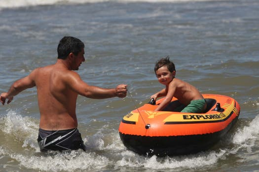 Un padre disfruta con su hijo en las playas de Pinamar. Foto: LA NACION / Mauro V. Rizzi