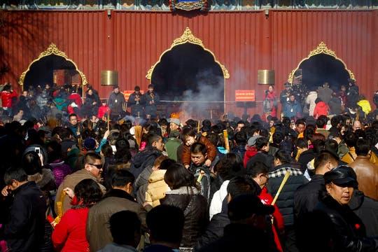 Devotos encienden barras de incienso en el Templo Lama, el monasterio tibetano más conocido en las afueras del Tibet. Foto: EFE