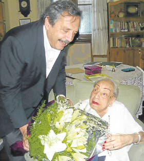 Gómez Miranda recibe el saludo de Ricardo Alfonsín