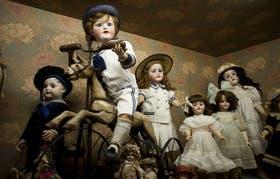 Mabel y María Castellano Fotheringham junto a las muñecas que coleccionaron durante toda la vida