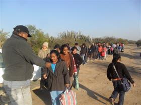 En el norte de Córdoba, un grupo de personas espera las donaciones de alimentos, ropa y otros materiales de manos de Toby