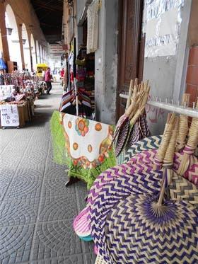 Tejidos y otras artesanías se combinan en el mercado callejero con ropa y copias de discos