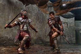 Liam McIntyre, en la piel de Spartacus, degüella a un soldado romano
