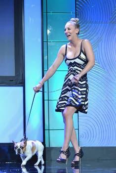 Kaley Cuoco fue a una gala de beneficencia con su perro, de gesto tímido, en un hotel de Beverly Hills. Foto: AFP