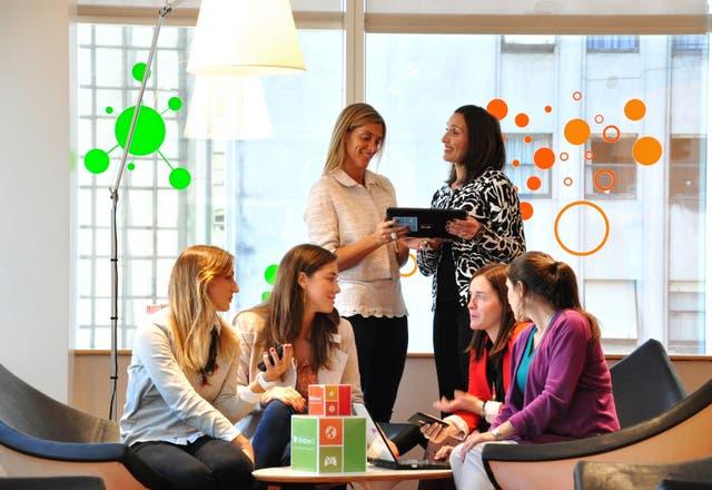 El equipo femenino de Microsoft en reunión; por decisión propia, ninguna se tomó más de seis meses de licencia por maternidad