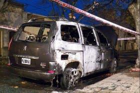 El vehículo oficial quedó destruido