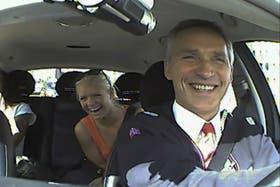 El primer ministro noruego Jens Stoltenberg condujo un taxi por las calles de Oslo para conocer la opinión de los ciudadanos