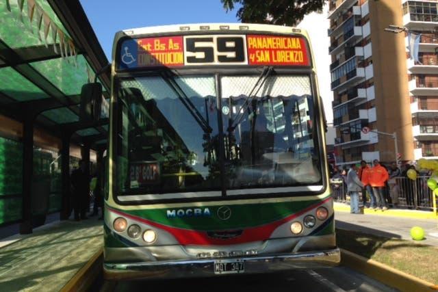 El colectivo de la línea 59 en el que arribó Macri