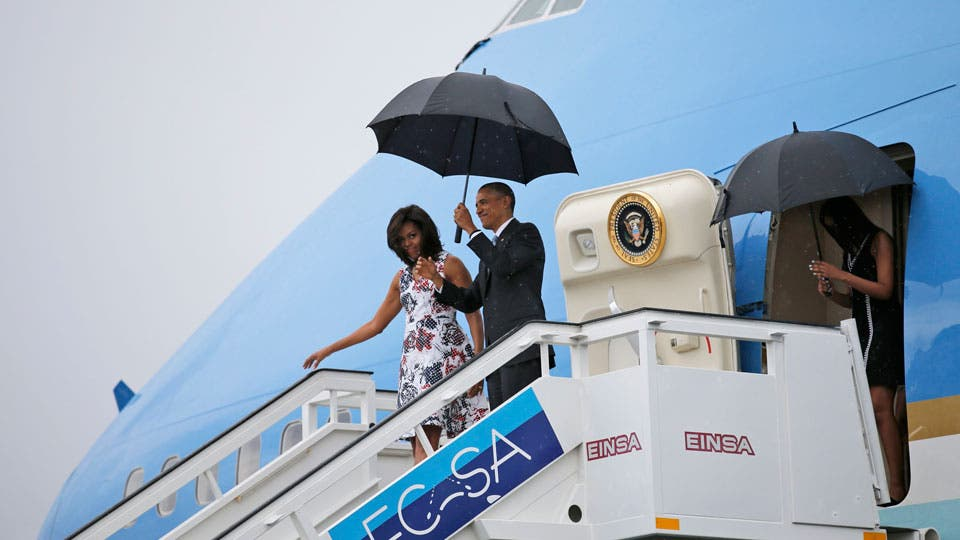 Barack Obama desciende del Air Force One junto a su esposa y sus hijas foto: Reuters