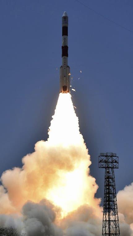El cohete que lleva al satélite PSLV-C33 despega del centro espacial al sur del estado indio de Tamil Nadu foto: EFE