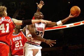 Michael Jordan convirtiendo dos de los 20 puntos que anotó en el partido