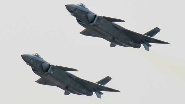 Durante la presentación, dos de estos aviones volaron ante miles de espectadores y representantes militares de todo el mundo