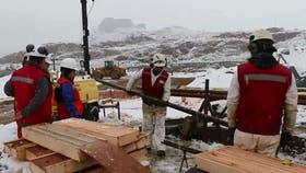 La presidenta de Chile decidió decretar el estado de excepción constitucional en la comuna de Chile Chico, donde desde hace siete días dos mineros se encuentran atrapados a unos 205 metros de profundidad