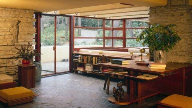 Mucho el mobiliario en Fallingwater -como por ejemplo, en esta sala de estar- se incorporó a la estructura, de manera que el diseño interior se mantuviera fijo