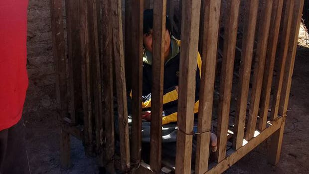 Álvaro, el niño wichi que vive encerrado en una jaula por sus problemas mentales