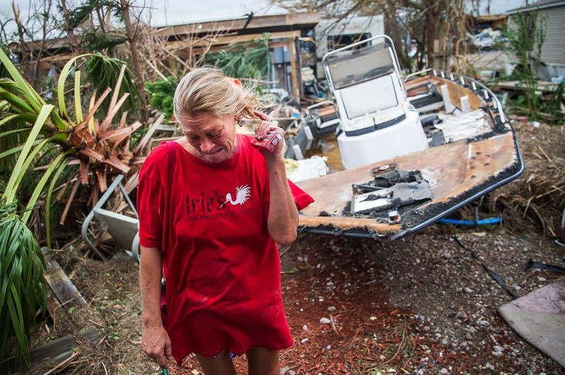 Emily Zurawski llora mientras inspecciona su casa en Port Aransas, Texas. Foto: AP