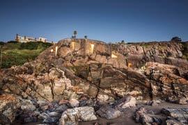 La casa escondida en una cueva de Punta Ballena con salida al mar de Uruguay