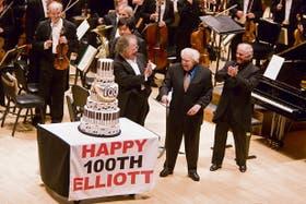 El director James Levine, Carter y Barenboim, con la Orquesta Sinfónica de Boston, en el Carnegie Hall, donde el 12 de este mes se hizo un concierto en homenaje al compositor
