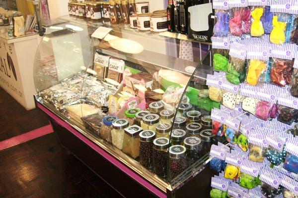 También hay productos de repostería. Foto: Foto: Gentileza la Violeta Cotillón
