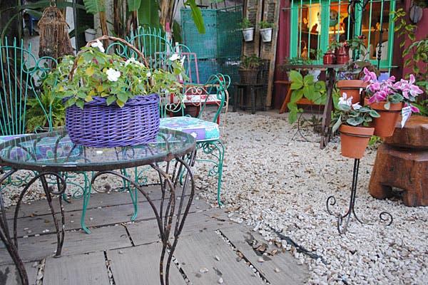 Canastos y pie para poner macetas le dan un toque de color a cualquier lugar. Foto: Cecilia Wall