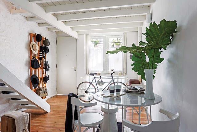 Dos alfombras redondas, regalo de su madre, marcan el espacio para dejar la bicicleta y protegen el piso
