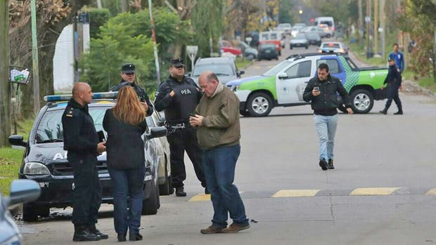 Balearon la casa del fiscal Fernando Cartasegna, la policía realiza peritajes en el lugar